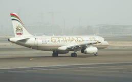 飞机空中客车在起飞前的A318-321阿联酋联合航空 阿布扎比机场 免版税库存图片