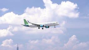 飞机空中客车A321飞行通过云彩天空的新竹空中航线准备到登陆 股票录像