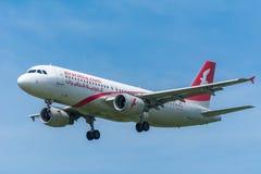 飞机空气阿拉伯半岛Maroc CN-NMF空中客车A320-200飞行到跑道 图库摄影