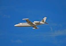 飞机空白色的喷气机光的侧视图 免版税库存照片