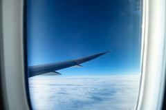 飞机空运窗口有白色云彩的在天空 免版税图库摄影