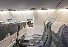 飞机窗口有在艾菲尔铁塔的看法 巴黎旅游业概念 库存照片