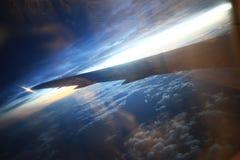 飞机窗口的看法在天际和云彩的 免版税库存照片
