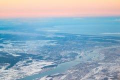 从飞机窗口的看法在里加,拉脱维亚 在海湾的日落日出 库存图片