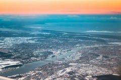 从飞机窗口的看法在里加,拉脱维亚 在里加湾,里加海湾的日落日出  免版税库存照片
