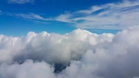 从飞机窗口的看法,从飞机的在天空的顶视图,从飞机窗口的云彩和看法 库存照片