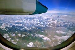 从飞机窗口的空中照片  免版税库存图片
