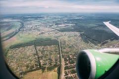 从飞机窗口的鸟瞰图 飞机背景概念地球例证查出surranded移动的白色 库存照片