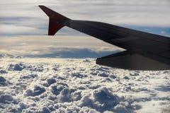 从飞机窗口看见的风雨如磐的云彩 免版税库存图片