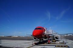 飞机等待的乘客 免版税图库摄影