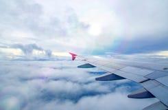 飞机翼、天空和云彩 库存图片