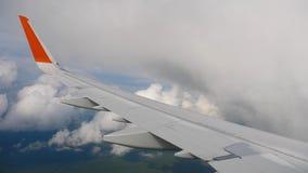 飞机翼在天空和云彩的在移动 股票视频