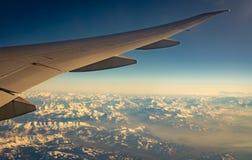 飞机翼在山盖子的有白雪的 r r ?? 免版税库存照片