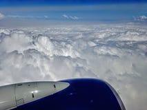 飞机翼飞行蓝天白色的航空器涡轮覆盖 免版税库存图片
