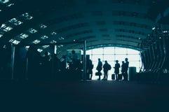 飞机背景概念地球例证查出surranded移动的白色 机场终端弄脏了移动的人人群背景的 葡萄酒颜色口气 免版税库存图片