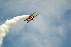 飞机背景蓝色执行的天空窍门 免版税库存照片