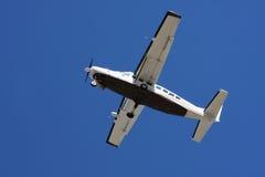 飞机腹部蓝色特写镜头天空 库存图片