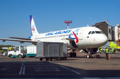 飞机航空公司准备好乌拉尔的航空公司在多莫杰多沃机场飞行 库存图片
