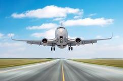 飞机航空器在一次长的飞行以后的飞行离开,在一条跑道的着陆速度行动与积云s的好天气的 库存照片