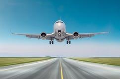 飞机航空器在飞行,在一条跑道的着陆速度行动以后的飞行离开在好天气明白天空天 免版税库存图片