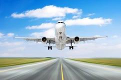 飞机航空器飞行离开在一条跑道的着陆速度行动好天气的与积云天空天 库存照片