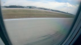 飞机舷窗和从它看的着陆 影视素材