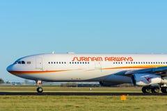 飞机苏里南航空公司PZ-TCR空中客车A340-300在斯希普霍尔机场离开 免版税库存图片