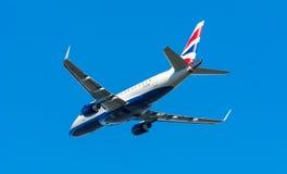 飞机英国航空公司CityFlyer G-LCYE巴西航空工业公司ERJ-170在斯希普霍尔机场离开 免版税库存照片