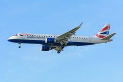 飞机英国航空公司G-LCYP巴西航空工业公司ERJ-190英国航空公司CityFlyer在斯希普霍尔机场登陆 免版税库存照片