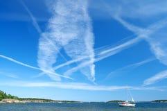 飞机蓝色充分的天空跟踪 免版税图库摄影
