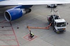 飞机补充注油 免版税库存图片