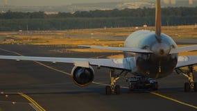 飞机被拖曳在美丽如画的日落 影视素材