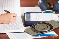 飞机装载的旅程日记飞行员 免版税库存图片