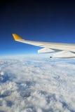 飞机覆盖了地球翼 图库摄影
