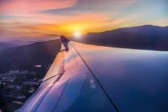 从飞机视图的五颜六色的日落 免版税库存照片