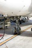 飞机轮胎在机场 免版税库存照片