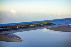 飞机辅翼和挡水板在工作 免版税库存图片