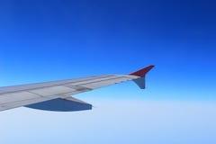 飞机辅翼和挡水板在飞机翼卷起了舱内甲板以巡航速度 图库摄影