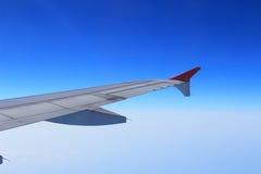飞机辅翼和挡水板在飞机翼卷起了舱内甲板以巡航速度 库存照片