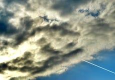 飞机通过云彩 库存图片