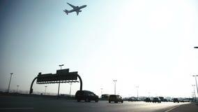 飞机降低在有汽车的一条繁忙的高速公路 股票录像