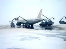 飞机除冰的运算v1 库存图片