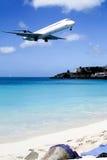 飞机非常低在海滩 库存图片