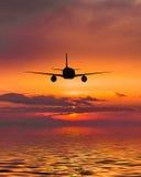 飞机飞行在海 免版税库存图片