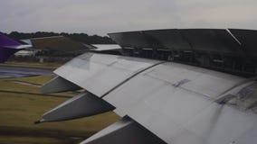 飞机飞行的和着陆襟翼翼在机场 股票录像