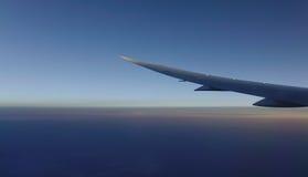 飞机飞行的翼 免版税库存图片