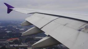 飞机飞行翼在天空的,当降落在机场时 股票视频