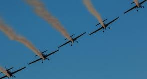 飞机飞行表演队同步的烟足迹 免版税库存照片