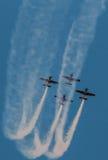 飞机飞行表演队同步的烟足迹 免版税库存图片