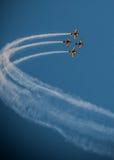 飞机飞行表演队同步的烟足迹 库存照片